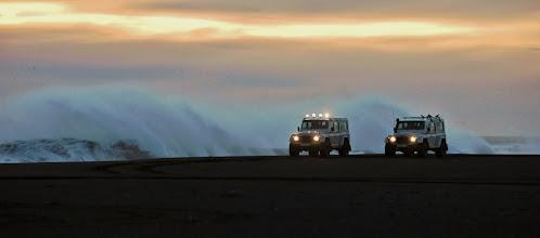 Photo: Due dei nostri Land Rover Defender 110 AT37 corrono sulla costa Sud d'Islanda a pochi metri dalle onde oceaniche. www.90est.it