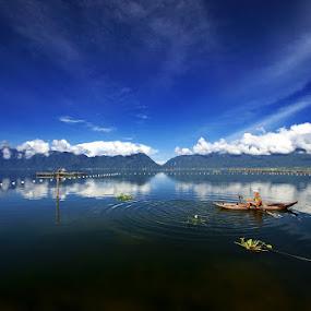 Mendayung asa bersama birunya maninjau by Gery Arsuma - Landscapes Waterscapes ( danau maninjau sumatera barat )