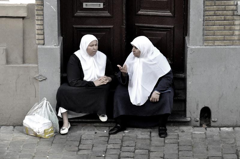 Due chiacchiere davanti a casa di estela