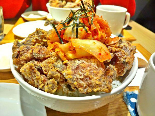 勇氣食堂☞金黃酥脆堆得像座小山的日式炸雞,再配上韓式泡菜,超誘人搭配讓人一口接一口!