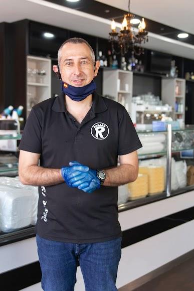 Julio Martín Albacete, restaurante cafetería Roypa, en Avenida Padre Méndez, y presidente de la Asociación de Comerciantes y Empresarios de Nueva Andalucía y Regiones
