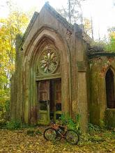 """Photo: zdjęcie Adriana : """" W Dankowie (woj. lubuskie) znajduje się okazały grobowiec rodziny von  Brand, którego inicjatorem był zmarły w 1857 roku kanonik Gustaw Erdmann  Camillus von Brand. Mauzoleum w stylu neogotyckim, zostało wybudowane w  1859 roku, obecnie jest to niestety ruina."""""""