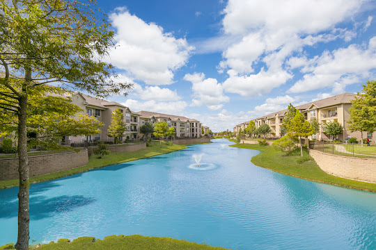 Clearpoint Crossing's on-site lake surrounded by apartment buildings