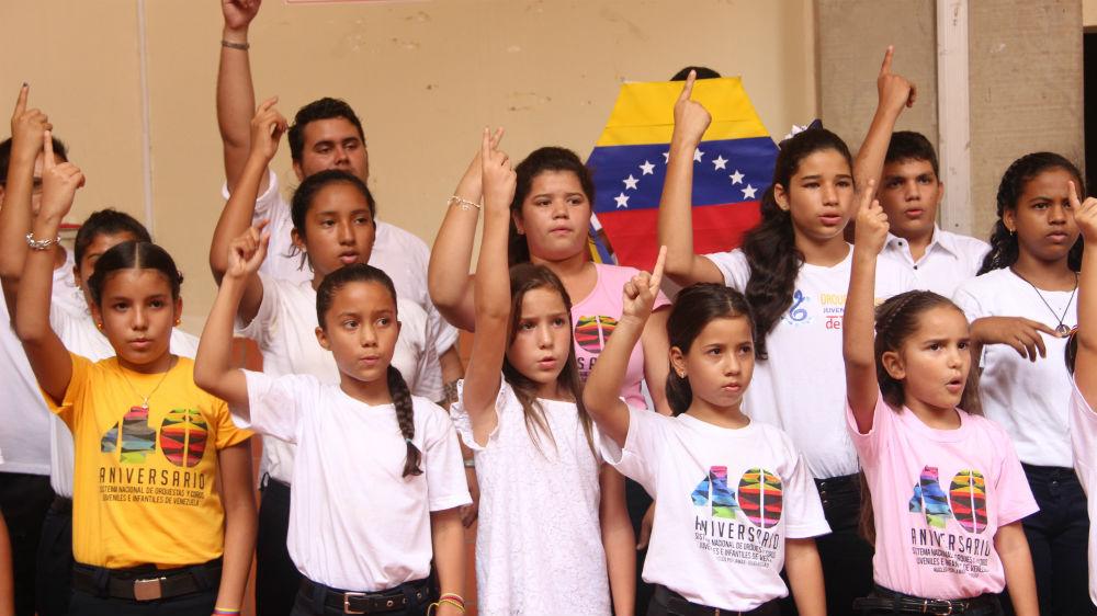 Los pequeños del programa de educación inicial ofrecieron una versión coral del popular tema de Serenata Guayanesa, El papagayo, a fin de mostrar el programa musical de El Sistema, que siguen los estudiantes del núcleo del municipio rural Tubores, en el estado Nueva Esparta.