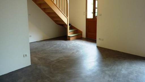 Âme de bricoleur, recouvrez vous-même votre ancien sol carrelé d'enduit décoratif en béton ciré!