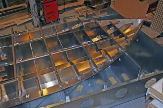 Photo: Forreste del af spantekonstruktionen hæftet fast til bunden.