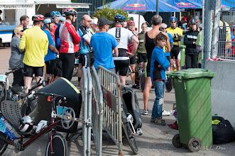 Photo: En dan de briefing voor de eerste race. De gebruikelijke chaos van fietsen en mensen.