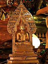 Photo: golden Buddha with elaborate halo, Wat Si Thep
