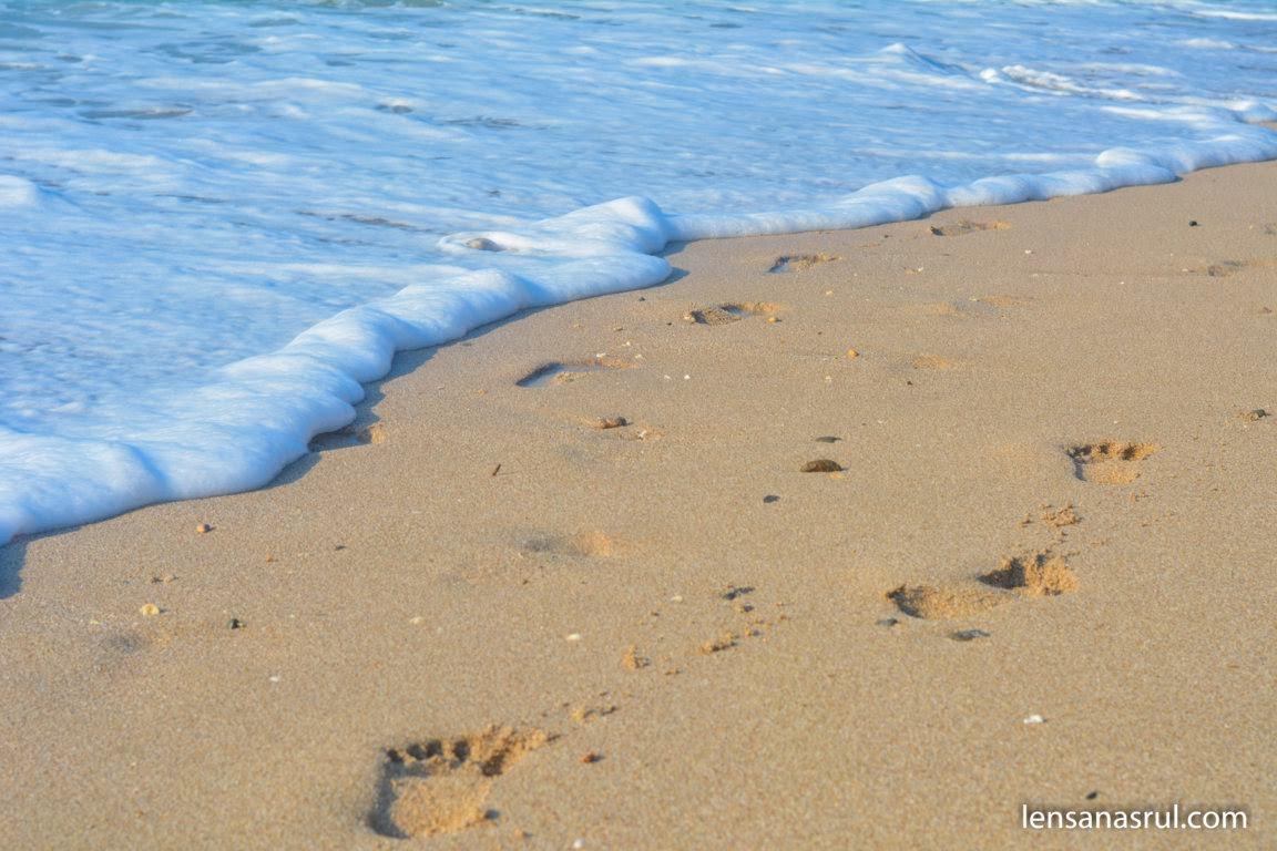 Pantai dengan pasir putih yang bersih