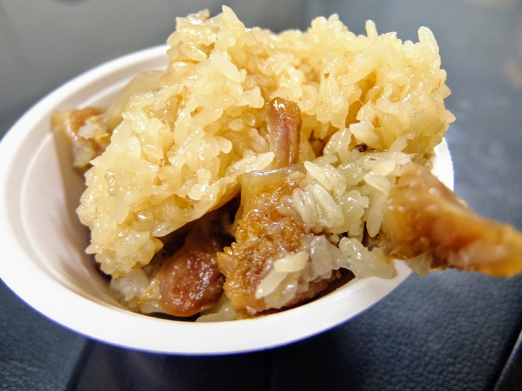當然先盛一碗啦! 米糕內的米飯麻油都有沾足,頗香的;另,豬肉塊很多!