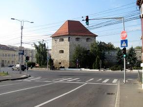 Photo: Bastionul Croitorilor, este unul din  turnurile de fortificație care au făcut parte din Vechea Cetate a Clujului. Bastionul reprezintă colțul de Sud-Est al cetății medievale ridicate începând cu secolul al XV-lea si intretinut de breasla croitorilor. După bătălia de la Mirăslău, Baba Novac și preotul Saski au fost prinși, torturați și executați în cetatea Clujului de către nobilii transilvăneni. În apropierea bastionului a fost expus, în 1601, trupul tras în țeapă al lui Baba Novac, general al lui Mihai Viteazul. (extras din Wikipedia)  -  (2011.10.20)