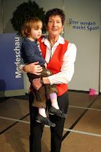 Photo: Mit Salome auf den Armen macht Lotti mit beim Stepptanzen