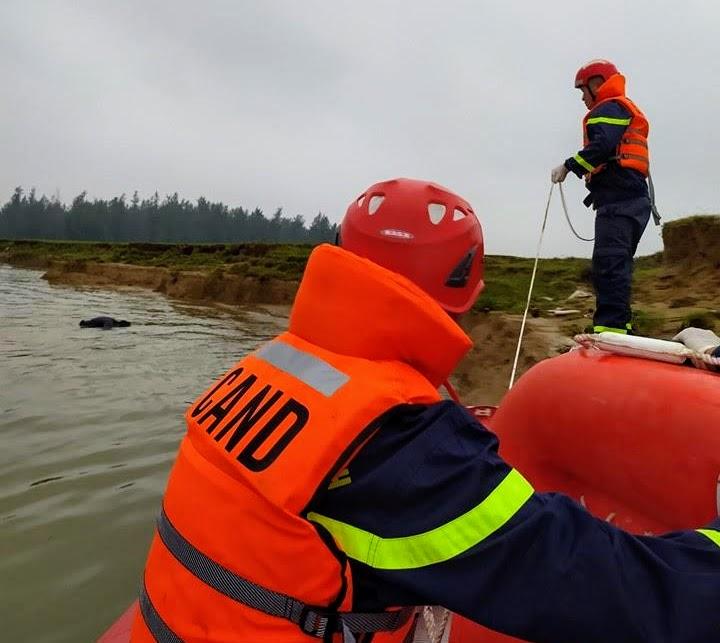 Trời mưa rét nên lực lượng cứu hộ gặp nhiều khó khăn