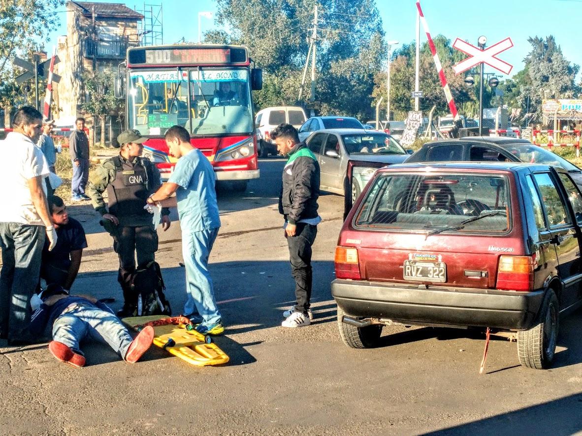 El herido fue retirado y el caos de tránsito siguió un rato más, con riesgo propio y también por los que querían ver el choque.