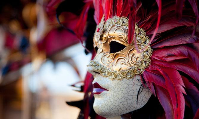 Venezia, il Carnevale è un capolavoro con le maschere di cartapesta