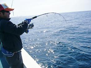 Photo: こちらも初乗船のキタさん! ジグにヒット! ・・・底物っぽいかな?