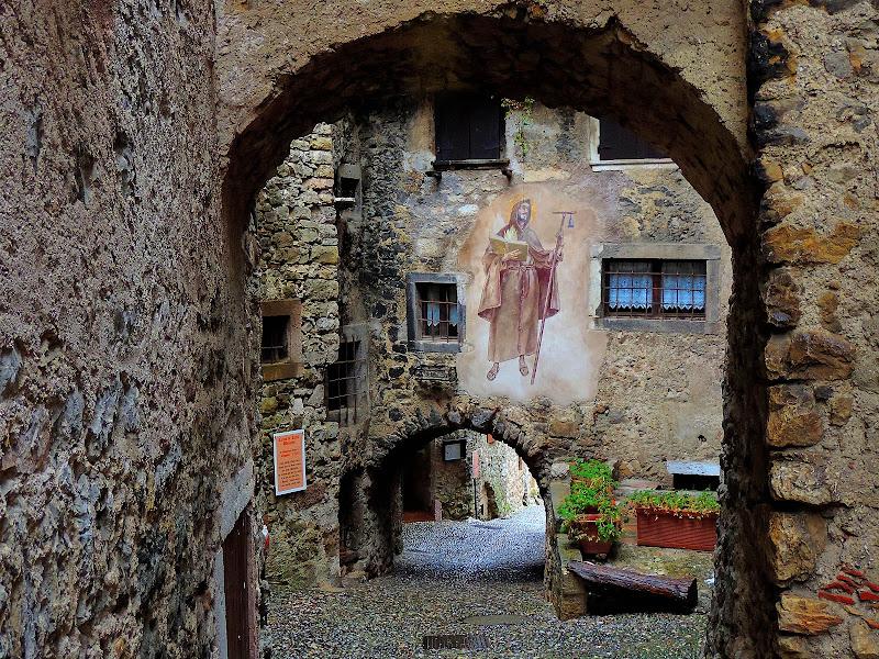 Il borgo medievale Canale di Tenno di renzo brazzolotto