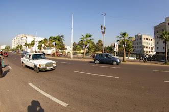 Photo: Taxi brousse (4 passagers à l'AR et 3 à l'avant chauffeur + 2 personnes dont 1 sur planche au dessus levier de vitesse.