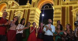 El alcalde y concejales de su equipo de Gobierno aplauden tras el encendido de la portada en la Vega de Acá.