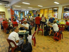 Photo: De startzaal is in een school.