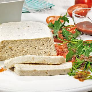 Forellenterrine auf Rucola und Tomaten