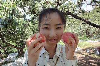 Photo: 両手に 桃