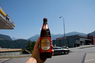 Photo: A w Imst zapominam o defekcie i o tym, że miałem poszukać serwisu. Przerwa na piwo na stacji paliw i lecę dalej.
