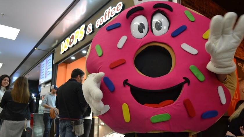 La mascota de la marca ha animado a los primeros clientes de la franquicia (Facebook Loops and Coffee).