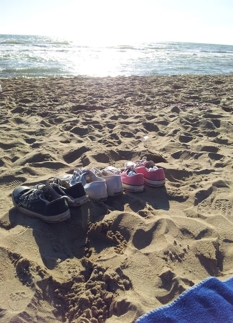 Scarpe su spiaggia di Lauram