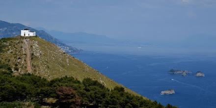 Photo: Monte San Costanzo e la cappella, a destra Li Galli