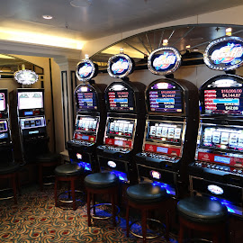 Virtual Slot Games for The First Time: by Richard Powell - Illustration Holiday ( playing, slots )