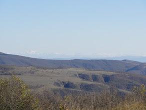 Photo: W oddali Kaukaz - granica z Dagestanem (część położona na wschód od poprzedniej).  Najwyższy szczyt to Shavi Klde (Czarna Skała) - 3578 m. n.p.m. - odległość 113 km.