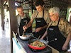Indonésie. Cours de cuisine de Bali. Travail d'équipe familiale