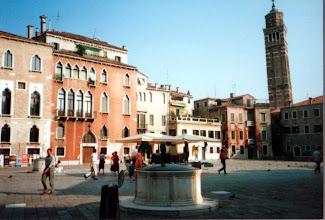 Photo: 86年7月、同じくChiesa di San Maurizio の斜塔(教会は広場の反対側)。ヴェネツィアは街全体が水に浮いて(?)建っているので傾いた建物はいっぱいある