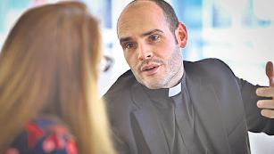 El sacerdote Carlos Fortes, durante un momento de la entrevista con La Voz de Almería.