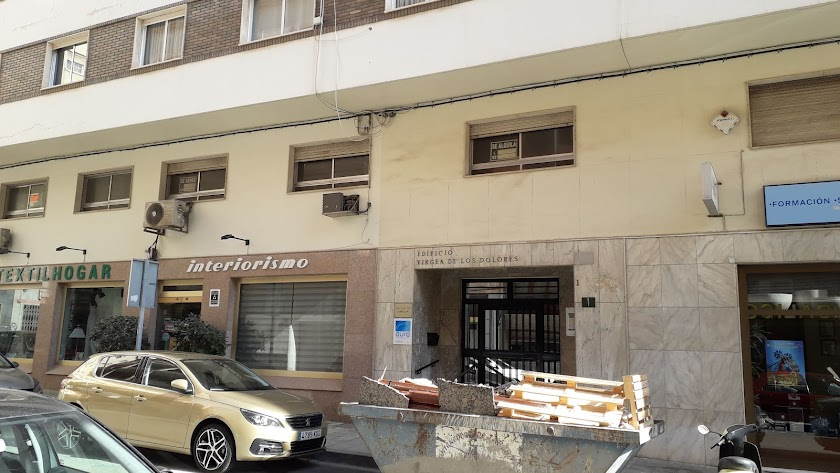 Puerta de entrada al bloque donde siguen las obras.