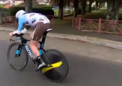 Hallucinant, net als bij Niki Terpstra in Parijs-Roubaix breekt het stuur van deze jonger renner af en komt hij akelig ten val