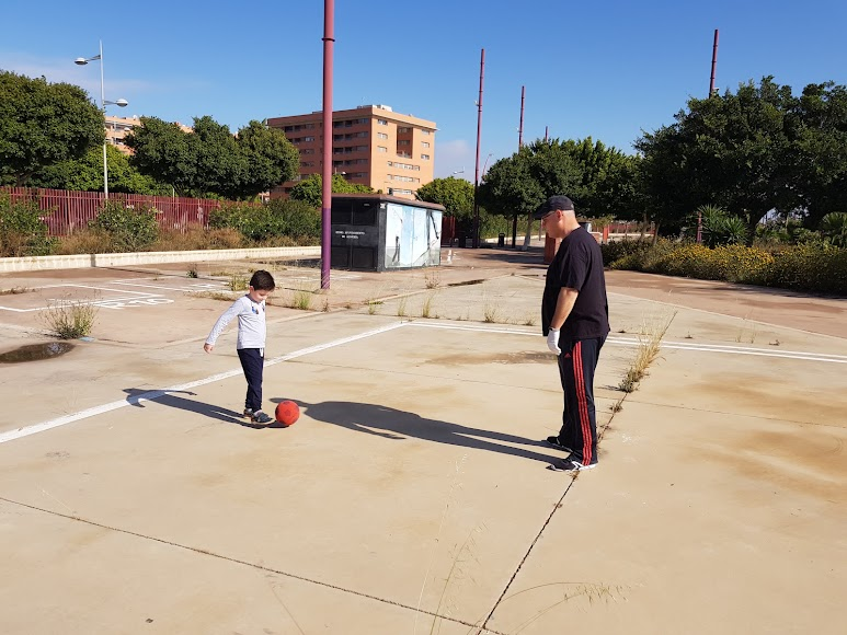 Gabriel, padre e hijo jugando al fútbol.
