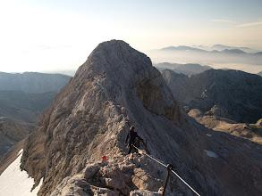 """Photo: 7:02   Pa še pogled z Malega Triglava nazaj po grebenu pa vse do vrha, koder se vije že kar velika, človeška """"kača"""" Triglavovih oboževalcev..."""