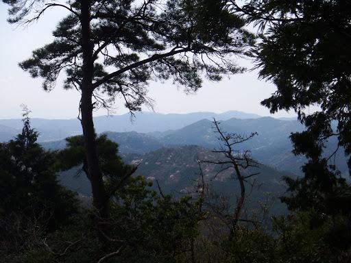水晶山から喜桜山(下)と音羽富士(その奥)を望む