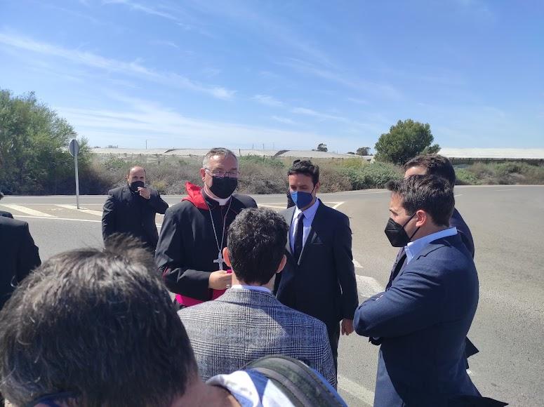 El obispo Gómez Cantero, junto al presidente de la Diputación provincial de Almería.
