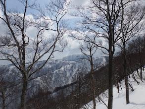 稜線向こうに三周ヶ岳が見えて