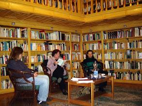 Photo: Pásty Júlia írónő folytatja felolvasását, balról Rusz Sándor költő, jobbról Szabó Pál költő házigazdák.
