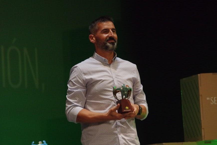 Diego Ferrón recoge el premio concedido al Cooltural Fest.