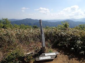 山頂標識(後ろに尾股山・大日山など)