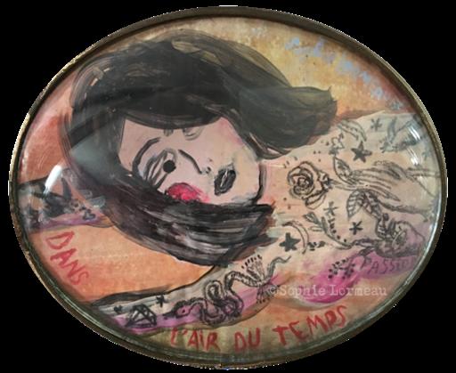 Dans l'air du temps, tableau oval, petite peinture miniature,portrait de femme allongée, nue, avec des tatouages, corps tatoué, art contemprain, figuratif, sophie lormeau, artiste française, french, in love, tattoos, lovely, woman, colorful, contemporary art, verre concave, bombé,
