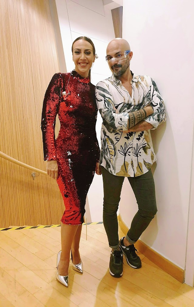 Mónica Naranjo, con el vestido creado por Sergi Regal, junto al diseñador almeriense.