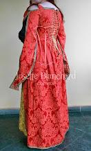 Photo: Vestido Medieval em brocado vermelho e dourado com mangas diferenciadas e corset embutido no vestido. A partir de R$ 600,00.