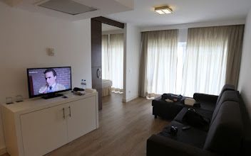 Photo: Tai jäädä katsomaan televisiota olohuoneessamme, kun huoneemme uima-allasnäköalalla vaihtui näköalattomaan sviittiin