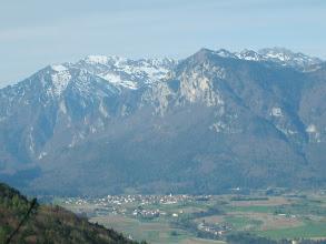 Photo: Fiavè sovrastato dal monte Cogorna. A sinistra il Tofino